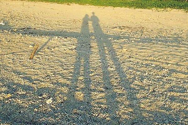 #足長くなった #夕日がきれい #特別な時間 #絶対に忘れない 「じつは、この(冒頭の)写真、一緒に並んでいるのは、彼氏じゃなくて私の父なんです(笑)。顔が出ないからバレないし。SNSでモテる女子をアピールするために、何度か父をデートに誘っているので、何も知らない父は大喜び(笑)。親孝行になるし、まわりには匂わせられるので一石二鳥!」(ニナさん(仮名、27)フィットネスジムインストラクター)