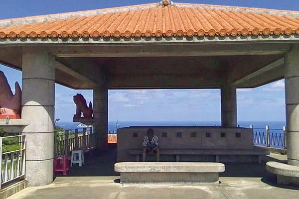 #沖縄旅行 #嬉シーサー #いつか移住できたらいいな 「女子って、マウントをとりたがるじゃないですか。どんな人とつき合っていて、何を食べて、どこに行ってとわかりやすく伝えるより、匂わせるほうが妄想してくれるんですよ。私の彼は、写真を撮られるのが苦手だから、いつも遠めから写真を撮るんです。コメント欄で『彼氏、有名人なの?』って聞かれたことも」(和香さん(仮名、28)映像会社勤務)