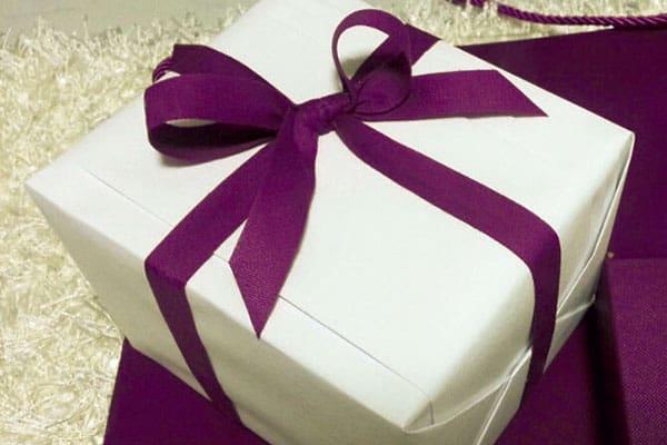 #クリスマス #サンタさんが来た #前から欲しかったプレゼント 「友達に自慢するためだけに、SNSにプレゼントの写真を投稿しています。どんな人とつき合ってるか聞かれたら、『彼氏はIT系の社長』と言っているけど、じつは5人の彼氏をかけ持ち中(笑)」(陽子さん(仮名、26)営業職)