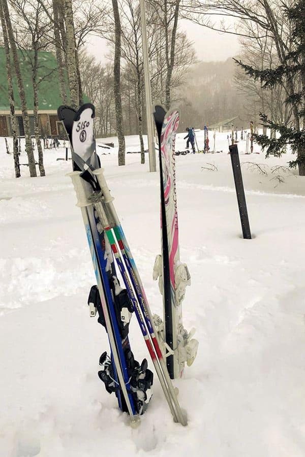#初スキー #雪でハイライト効果 #ゴーグルしてると誰かバレない 「私の彼氏は俳優。ふだんは、家か個室のあるご飯屋さんでデートなんですけど、移動中はサングラスが必須アイテム。『たまにはどこか行きたい』とワガママ言ったら、ゴーグルつければ大丈夫ということで、初めてスキーに行きました」(スズさん(仮名、23)飲食店勤務)