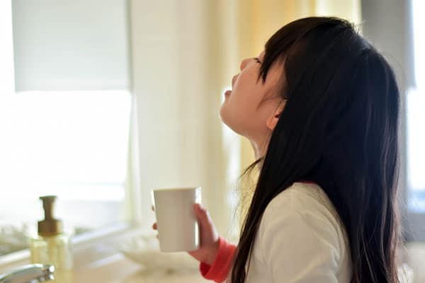 新型肺炎の予防には…うがい薬は使わず「水だけ」うがいで!