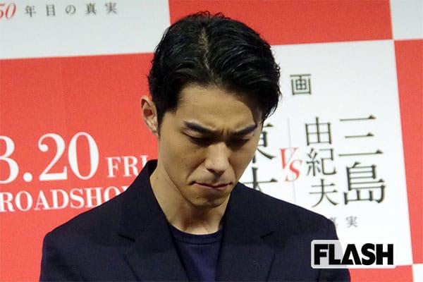 謝罪会見で俯き、唇を噛む東出昌大(2020年3月)