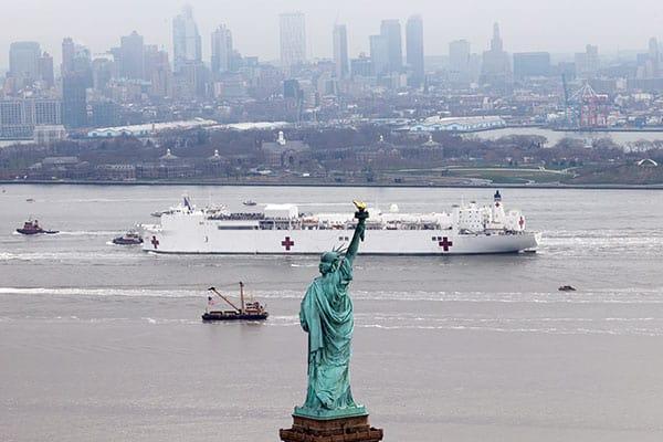 ベッド数は1000…世界最大の病院船「コンフォート」NYに到着