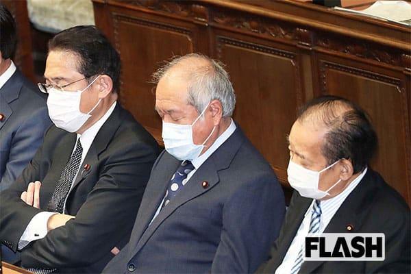 4月2日の衆院本会議場で、お疲れのご様子を見せていた自民党幹部3人。左から岸田氏、鈴木俊一総務会長、二階氏