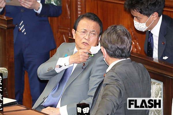 4月2日の衆院本会議場で、マスクを頻繁につけたり外したりしていた麻生氏。放言癖もマスクで覆ってあげたいが……