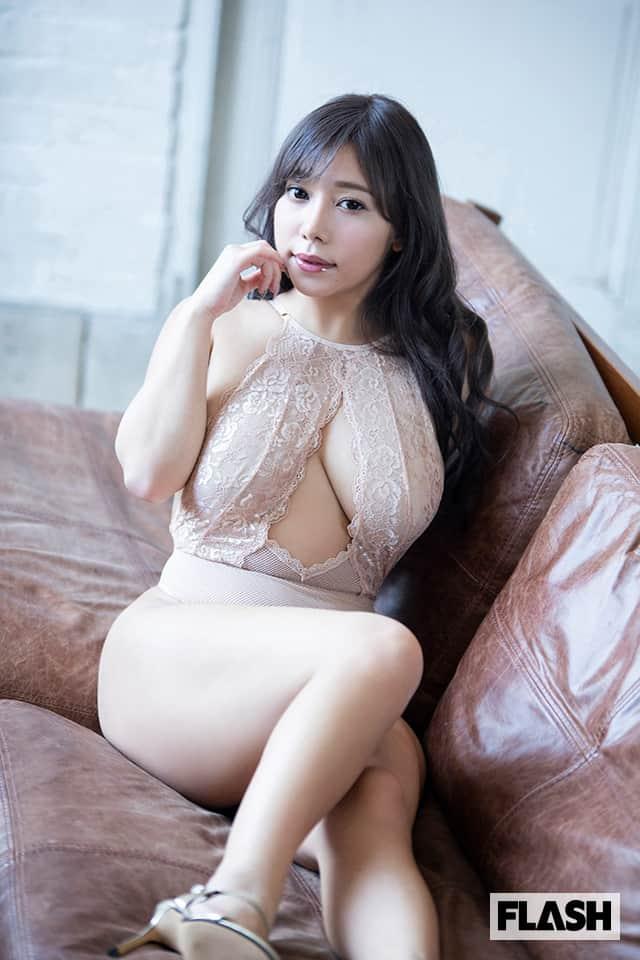 SNS発の爆乳美女・夢見るぅの待望のデジタル写真集第2弾!