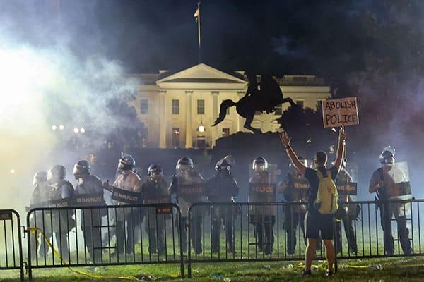 大統領はホワイトハウス地下に避難…アメリカ「デモ」の実態は