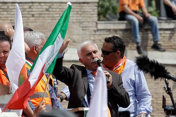 イタリアで始まった「コロナウイルスでは死なない」反政府デモ