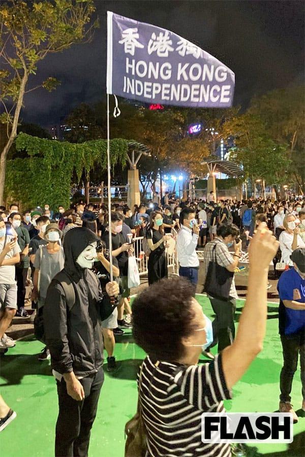 香港独立の旗を掲げる若者