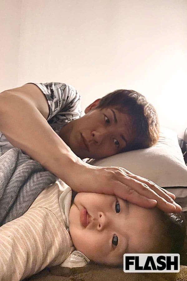 寝室での親子ショット。しみけんは、ちびけん君のほっぺたの感触が大好きだとか