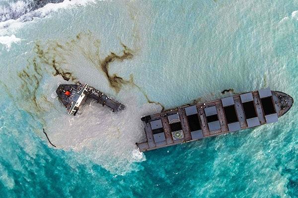 「商船三井」重油流出事故…日本はたった6人派遣で世界が失笑(写真・AFP/アフロ)