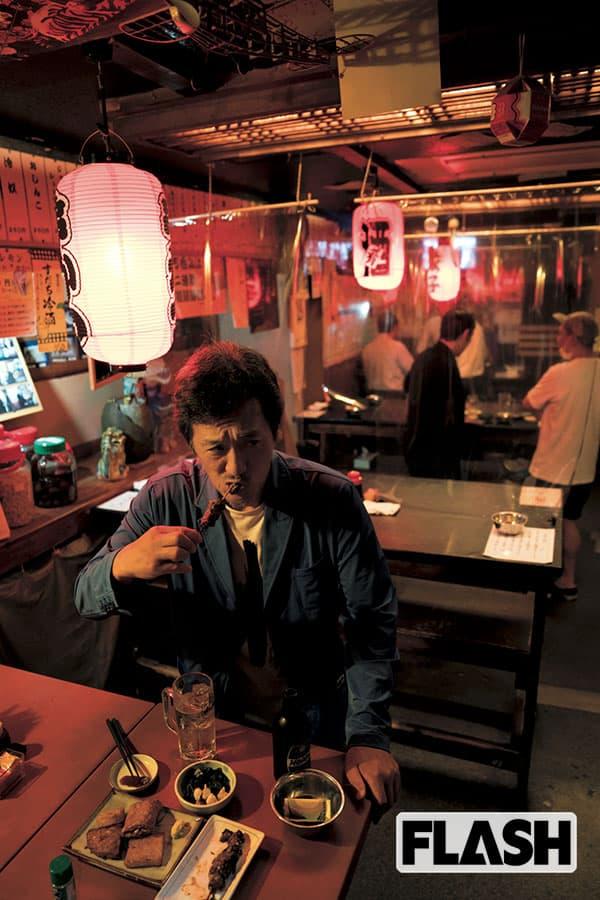 大鶴義丹、愛する立ち飲み屋で語る「父・唐十郎へのライバル心」