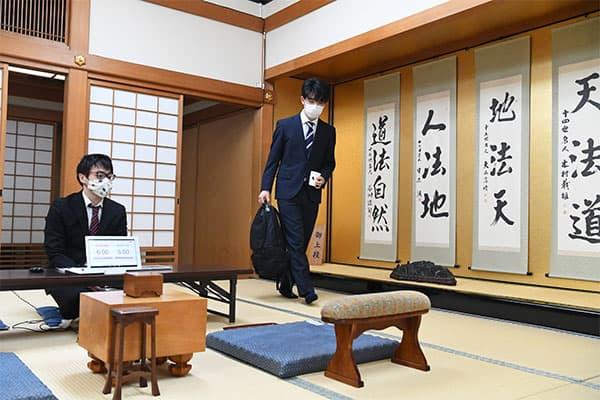 藤井聡太二冠が直面する「谷川永世名人よりも上座」の重圧