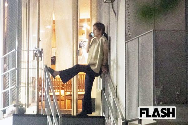 中村アン、美脚を階段手すりに外電話「いま飲んでるの~」