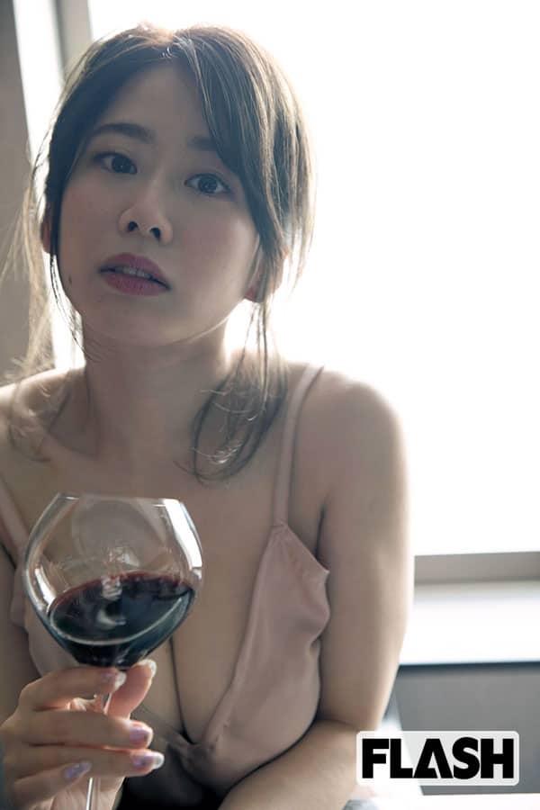 奥津マリリ「赤ワイン片手に大人なセクシーグラビア披露」