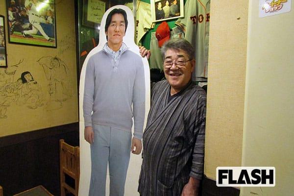 「もー吉」店主の安部さん。店内には、松井氏の思い出の品が展示されている
