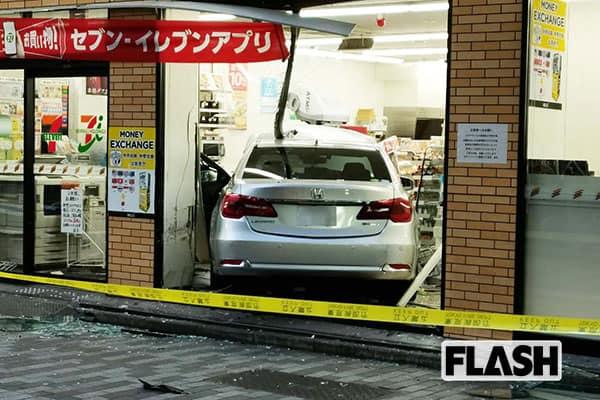 東京・新宿中心街のコンビニに乗用車が突入! 事故を目撃した芸人が「20m先を歩いてたら死んでた」