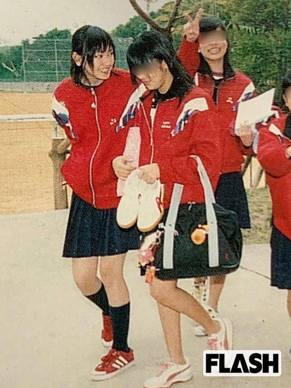 スカート丈は短めだ。多くのファンを魅了する美脚は当時から