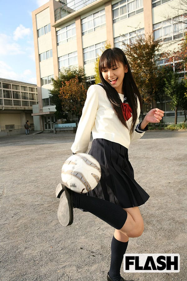 18歳。旬の女優が選ばれる「全国高校サッカー選手権」の応援マネージャーに