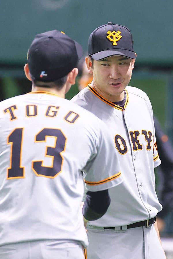 巨人・菅野智之、メジャー挑戦へ…後輩・戸郷翔征と握手の真意
