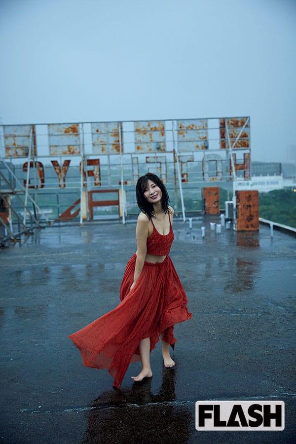 石岡真衣、雨の沖縄でヤケクソ撮影「仕上がりが予想外によくて驚いた」