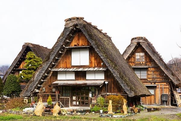 【写真deクイズ】ニッポン上から下まで「ここはどこ?」茅葺屋根といえば