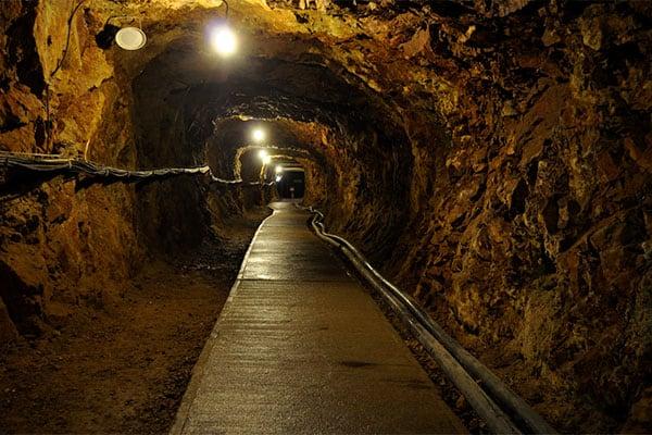 【写真deクイズ】ニッポン上から下まで「ここはどこ?」冒険の予感がする「坑道」