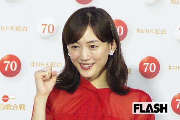 """綾瀬はるか、ユニクロ新CMの""""天然キャラ""""が話題…撮影にも「全身ユニクロ」で登場"""