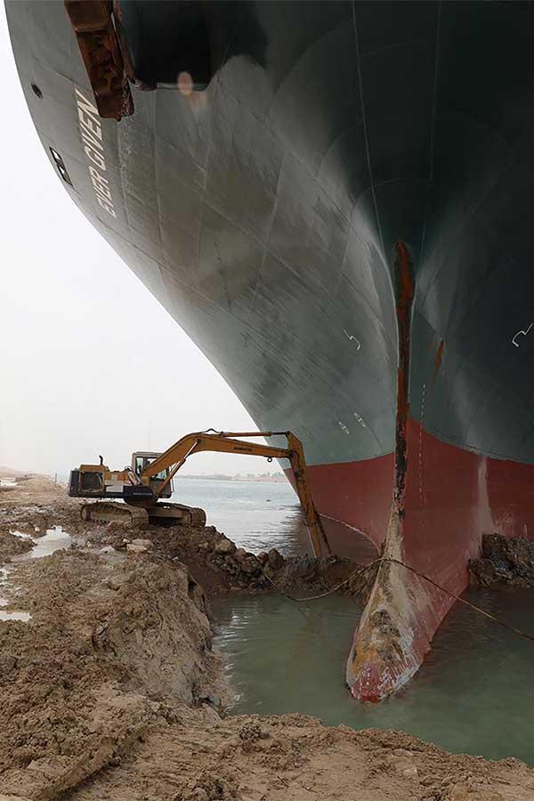 座礁事故でタンカーが立ち往生「スエズ運河」1回の通行料は4000万円!