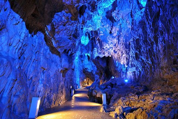 【写真deクイズ】ニッポン上から下まで「ここはどこ?」青く照らされた幻想的な岩肌