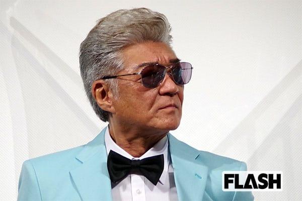 小沢仁志、ブルーのスーツに身を包み「俺の人生に酔ってんだよ!」