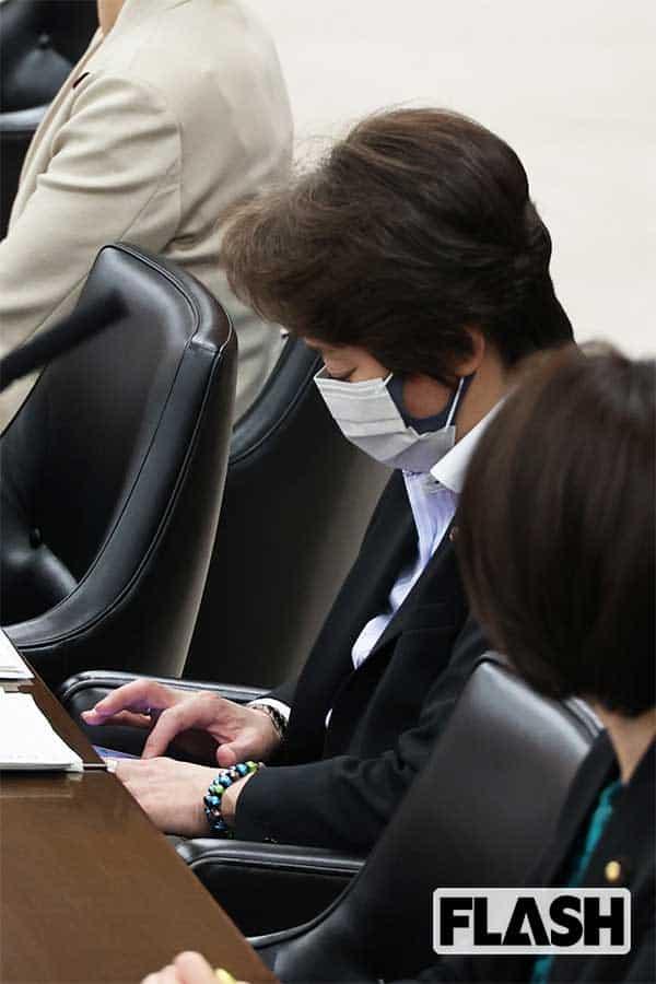"""橋本聖子会長、会議中 """"隠れスマホ"""" でLINEにご執心…「東京五輪」は強行開催へ"""