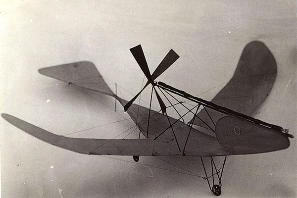 【4月29日の話】人間は空を飛べるのか…二宮忠八が「飛行器」の実験に成功