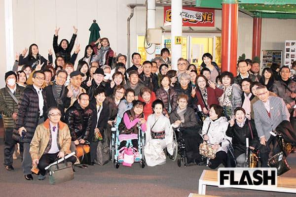 東京・浅草の花やしきでおこなわれた坂本冬美の発売記念ライブには、たくさんのファンが駆けつけた