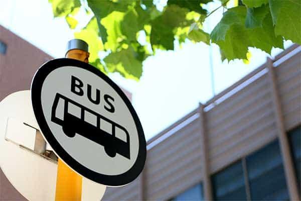【頭の体操】なぜか片方のタイヤばかりすり減るバスの謎