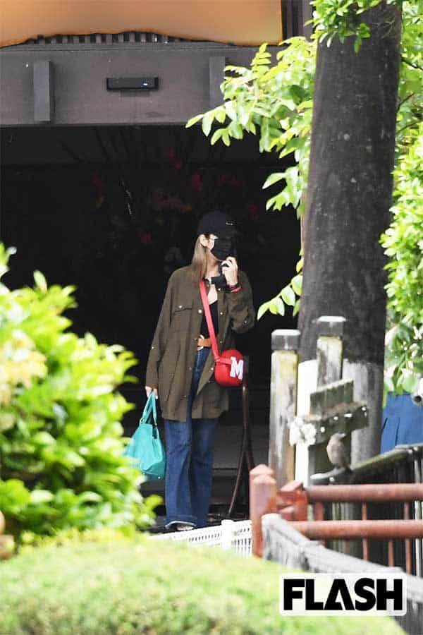 感染対策のためマスクを着用した旅館スタッフに見送られ、新庄と金髪美女は運転手の待つ車に乗り込んだ