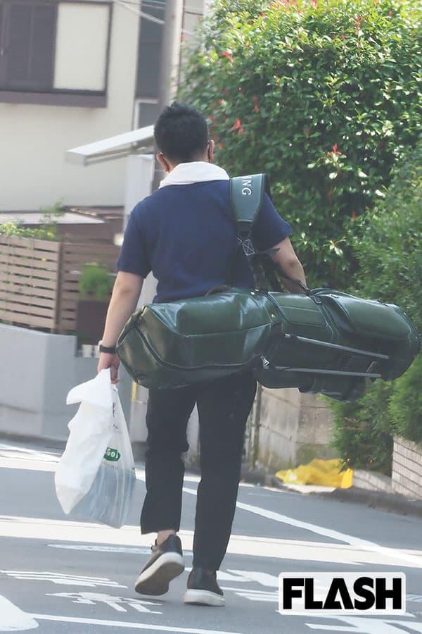 昼ごろ、ゴルフバッグを肩にかけて帰宅する宮迫。早朝からのゴルフも、リバウンド対策の一環なのか……