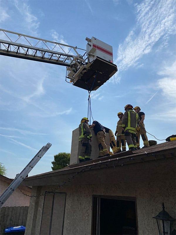 18歳女性、煙突に挟まって身動き取れず…消防隊により無事救助