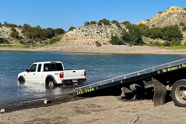 トラックが湖にまっしぐら→止めようとした青年、腕を折る【クルマ引き上げの連続写真あり】