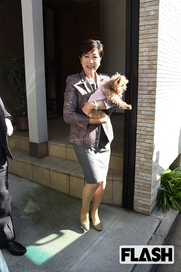 2017年10月、愛犬を抱えて自宅から出る小池都知事