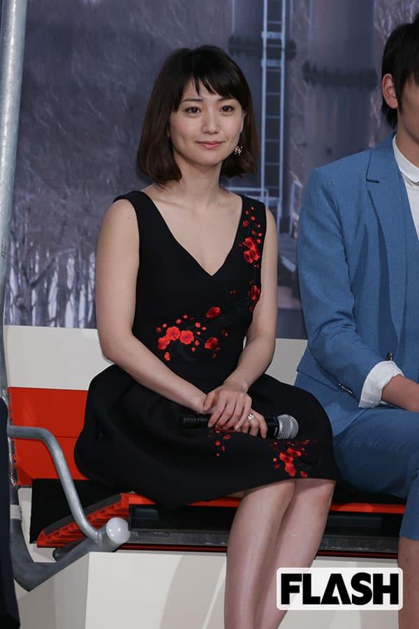 胸元の開いたドレスを着た大島優子(2016年)