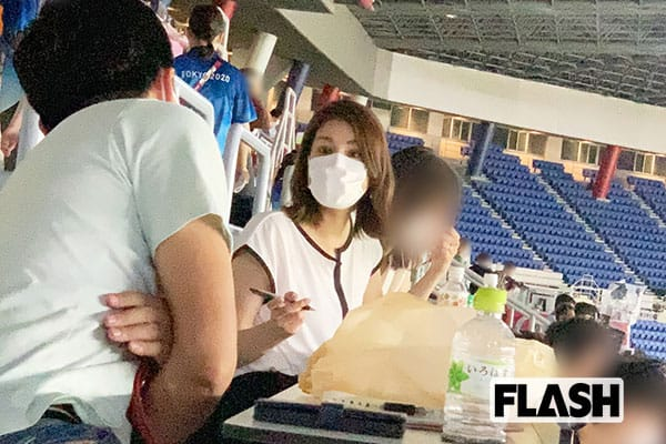 男子サッカーの会場を訪れた永島優美アナ。 「双眼鏡を持参し、近くにいた松木安太郎さんより熱心に観戦していました」(現地記者)