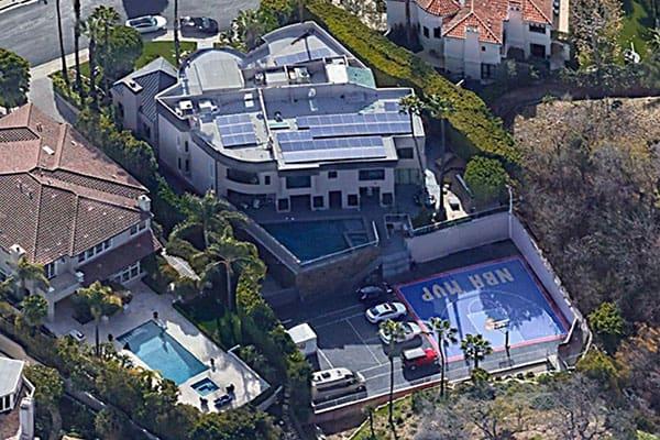 氷室京介、カリフォルニアの7億円豪邸を10億円で売却…本棚には『宇宙兄弟』も