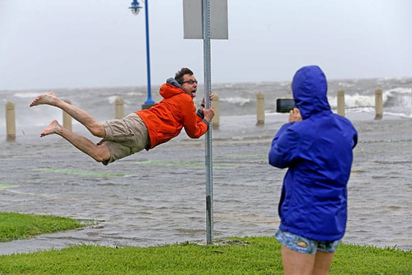 強すぎるハリケーン、川の水を逆流させ、石油施設も止める
