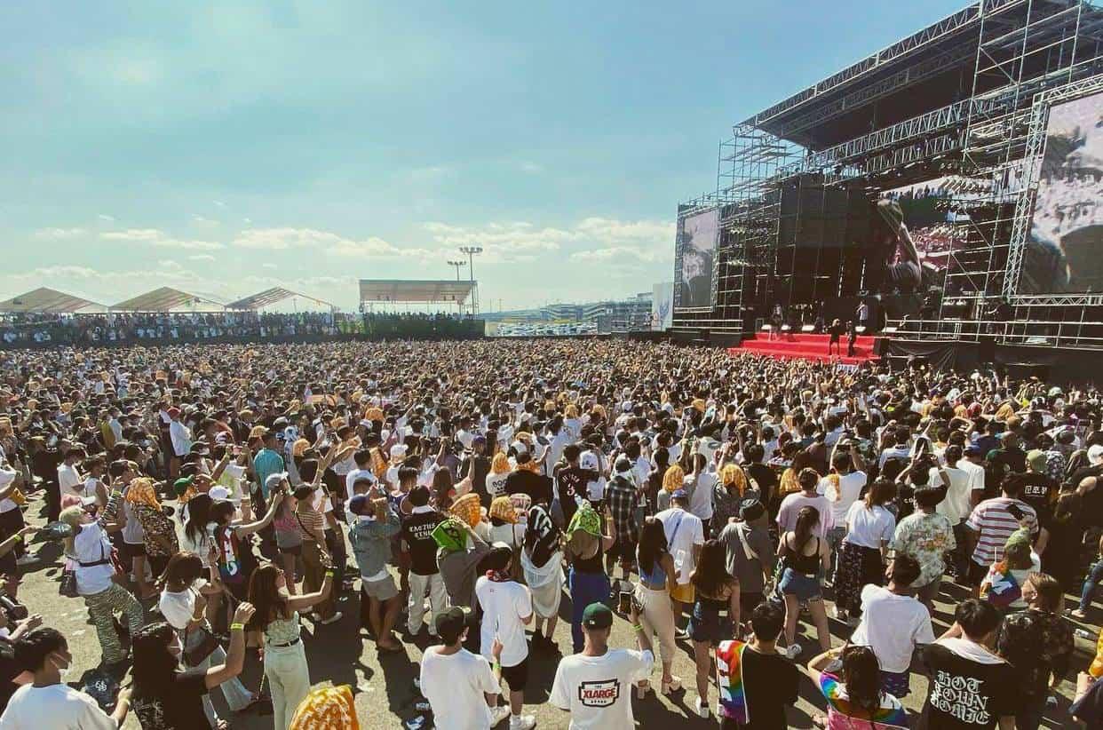 8000人が埋め尽くした愛知県常滑市のフェス会場。マスクを着用しない客も多かった