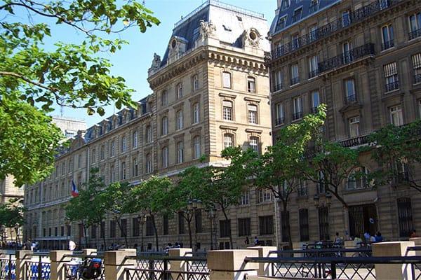 パリを恐怖に陥れた「9年越しの連続殺人」、自殺した元警官が犯行を認める